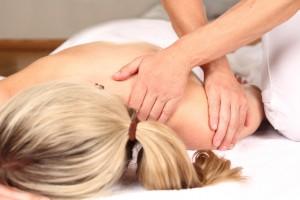 Frau geniet professionelle Massage