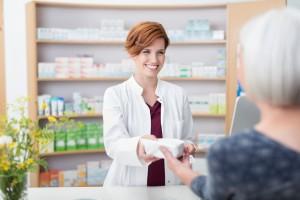 ltere dame kauft medimamente in der apotheke